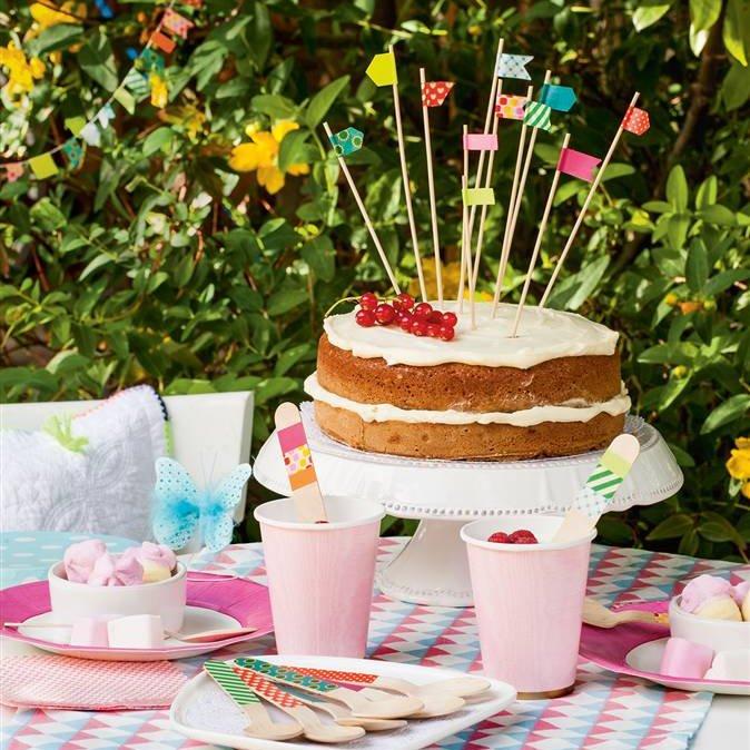 mesa-decorada-con-guirnaldas-y-banderines-para-celebracion-en-exterior_674x674_cdb9c14c