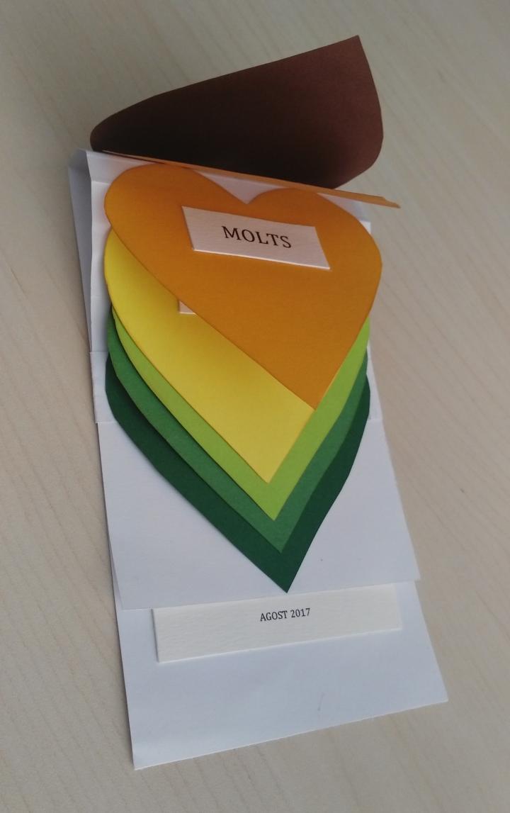 tarjeta en cascada de corazones