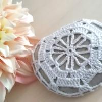 Piedras tejidas a ganchillo para decorar