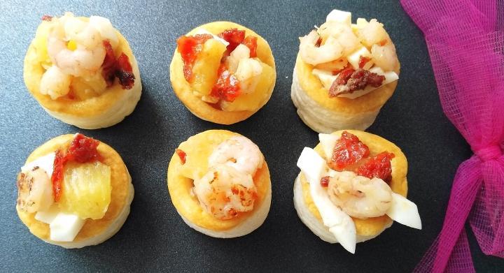 Volovanes con piña, gambas, tomates secos y huevoduro.