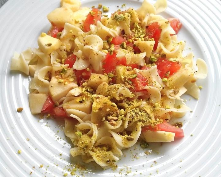 Ensalada de pasta con manzana ybutifarra