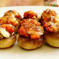 Champiñones rellenos de pollo gratinados con allioli