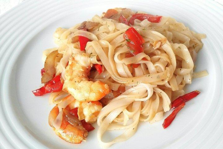 Noodles de arroz conlangostinos