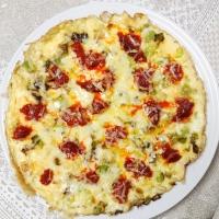 Tortilla de ajos tiernos con sobrasada y queso
